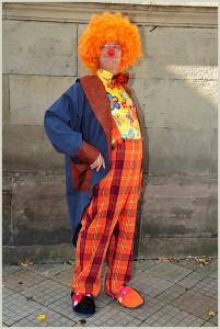 le clown devient clown quand il enfile son costume, tout comme un juge ou un militaire...