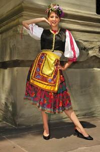 costume hongrois de la région de Sarköz en location... Les jupons sont disponibles pour celles qui n'ont pas peur d'avoir les hanches larges