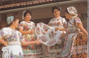 Costume de Kolosca, jupe plissée et tabliers brodés, (carte postale de 1967)