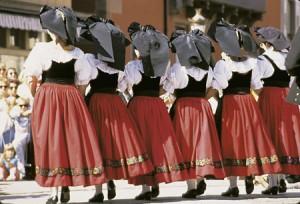 Costume traditionnel alsacien du Kochesberg le galon large fleuri indique que c'est un costume protestant