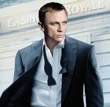 Daniel Craig, col de chemise et noeud papillon ouvert....