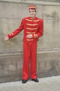costume de groom, il ne manque plus que le tapis rouge