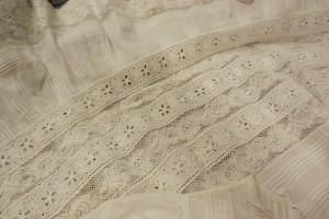 Petites nervures dans de la fine baptiste, entre-deux de dentelles pour cette robe de baptême ancienne