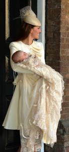 Le Prince George avec sa robe de baptême dans les bras de sa mère Kate Middleton