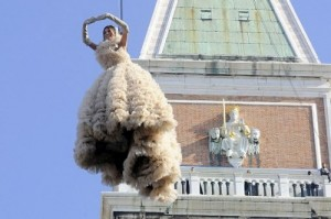chaque année, pour le Vol de l'Ange qui a lieu le premier dimanche du carnaval à 12 h, une jeune fille se lance du haut du campanile pour rejoindre le podium où l'attendent, le Doge, les Maries et des personnalités vénitiennes. Ici, en 2010, Bianca Brandolini d'Adda