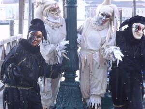 quatre fous à Venise dans la brume matinale