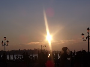 lever du soleil sur la lagune, costumés et photographes se réunissent pour saisir l'instant magique