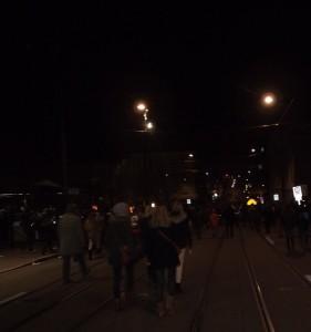 La foule se dirige silencieusement vers le centre ville