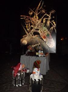 masques et tambours se reposent au pied de la lanterne cucaracha