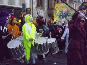 les tambours jouent toujours dans le petit matin