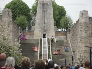 Descente des marches du Monument de la Victoire Verdun