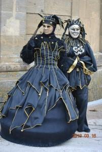 GRANDE PAZZO NERO ORO couple Costumes assortis de fous noir et or : satin noir, galons or.... Version féminine : grande robe sur crinoline taille 38-42 Version masculine : pantalon et tunique taille S- XL