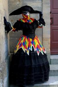 dentelle arlequine robe second empire en dentelle noire recouverte d'une surjupe arlequine de couleur vive, grand bicorne noir Taille 42-44