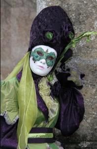 Lady Farfale Robe violette et vert pomme garnie de papillons verts