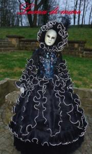 Lumaca di Mare plus de 100 m de passepoil argent porgent les volants de cette robe portée avec un corset pailleté à la main