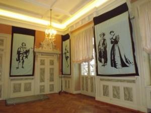 panneaux comédia delle arte installés dans une salle de réception