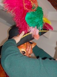 Le costumé a souvent besoin d'un aide pour positionner correctement tous les éléments de son costume