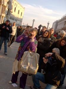la traversée de la Piazza San Marco en costume