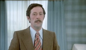 Jean Rochefort, 1974  : cravate large et colorée