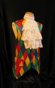gilet XVIII ème Arlequin rouge jaune et bleu, avec jabot en dentelle