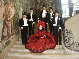 Robe sur crinoline en shantung de soir rouge et tulle rebrodé de perles et paillettes