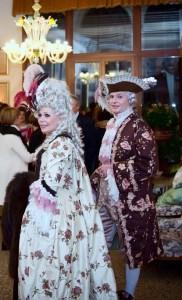 Robe XVIII ème à la française et habit assorti, shantung de soie rebrodé de motifs floraux