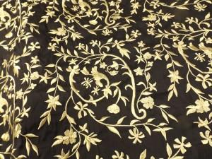 shantung de soie noire rebrodée de motifs jaune paille