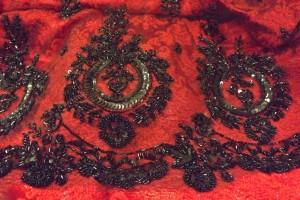 shantung de soie rouge et tulle noir rebrodé de perles et paillettes noires
