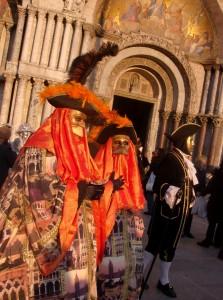 Place San Marco, les costumés se promènent et posent