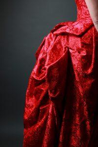 Robe à tournure, soie, damassé et passepoils en velours de soie